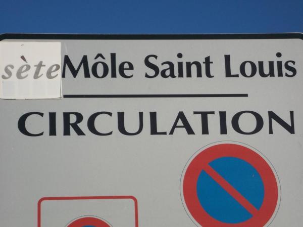 Port de Sète: plaque indiquant le môle Saint Louis